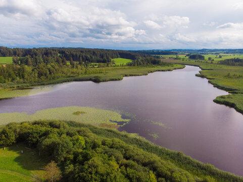Luftbild vom Maisinger See mit Wiesen und Wäldern