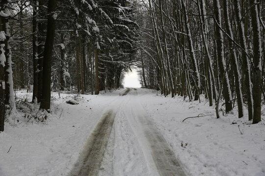 Landstrasse im Winter bei Schnee