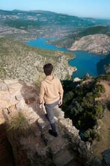 Fototapeta Hombre observando un lago rodeado por monta obraz