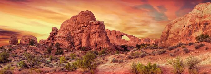 Rotsformaties bij zonsondergang