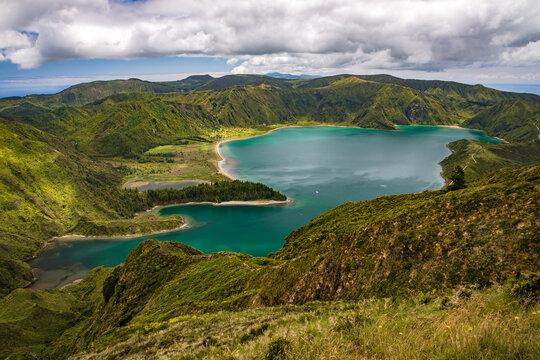 Der atemberaubende Blick auf den Kratersee Lagoa do Fogo auf der portugiesischen Insel São Miguel