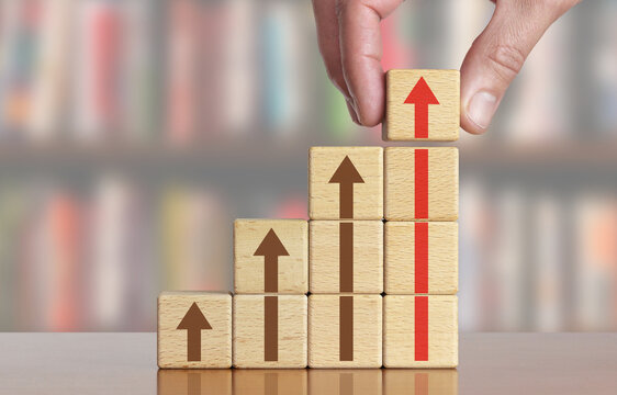 Erfolg - Aufstieg - Verkäufe steigern - Konzept mit Holzwürfel