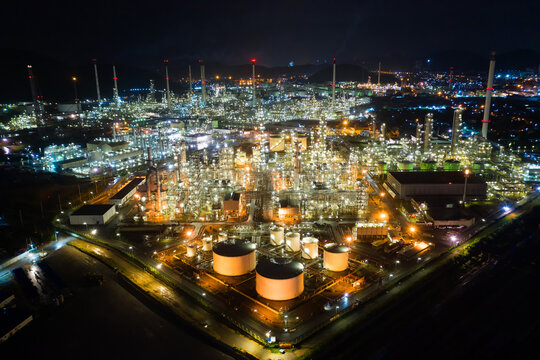 The factory is located in the middle of nature and no emissions. The area around the air pure.  Oil refinery.