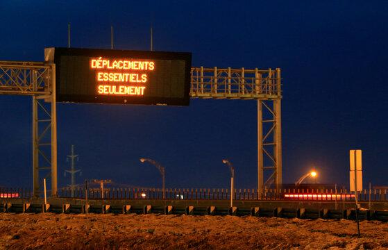 Panneau routier pour avertir du couvre-feu en vigueur à partir de 20 heures à 5 heures au Québec