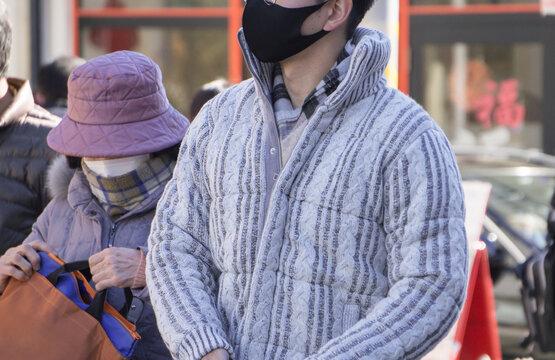 コロナ禍 マスクをつける通行人