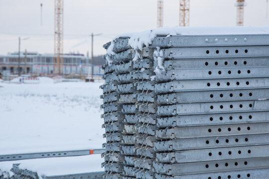 Auf der Baustelle: Gestapelte robuste Beläge für sichere Fassaden Gerüste