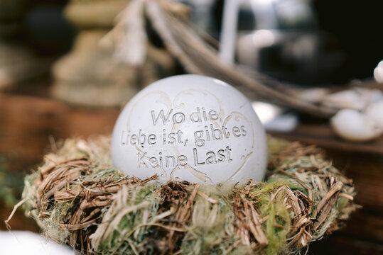 """Dekoration aus Keramik mit Aufschrift """"wo die Liebe ist, gibt es keine Last"""""""