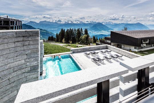 SPA Rigi Kulm Kaltbad. Pool mit Aussicht auf die luzerner Alpen, Wellness und Entspannung oberhalb des Vierwaldstättersees. Schweiz.