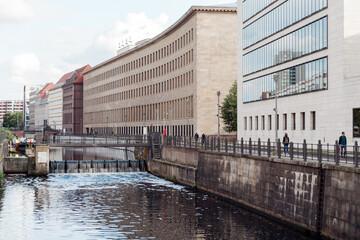 Fototapeta Berlin, widok na kanał z mostu