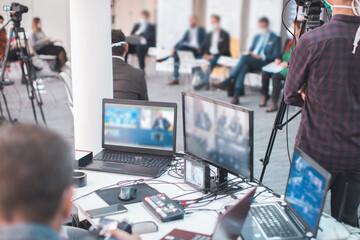 Obraz online business meeting streamed live - fototapety do salonu