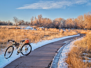Fototapeta touring bicycle in late fall or winter scenery - one of numerous bike trails in Fort Collins, northern Colorado, recreation and commuting concept obraz