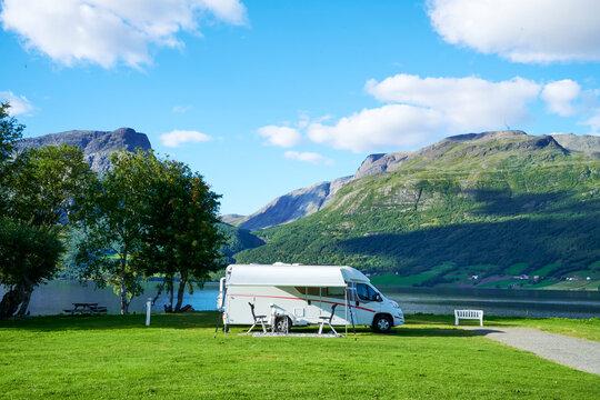 Sehr schöner Campingplatz mit Wohnmobil mit Berg und See im HIntergrund