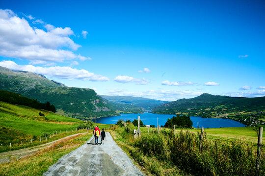 Wandern in Norwegen in der Natur mit der Familie im Camping Urlaub