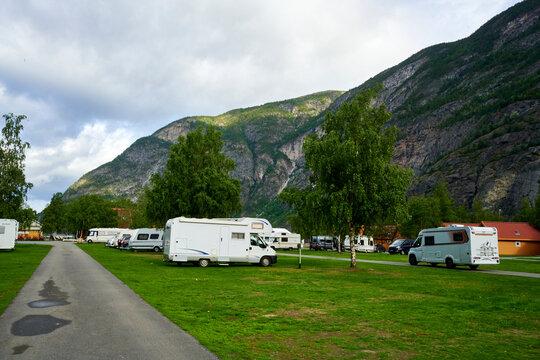Campingplatz in den Bergen in Skandinavien mit Wohnwagen und Wohnmobilen