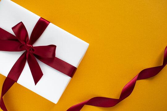 오렌지색 바탕에 하얀 선물상자