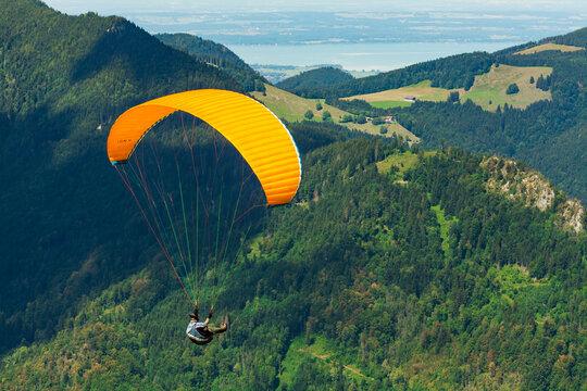 Gleitschirmflieger im Chiemgau, Bayern, Deutschland