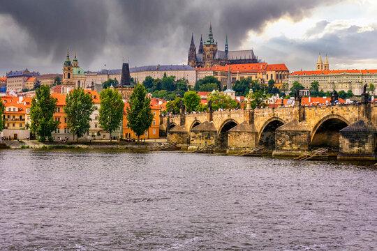 Moldau und Karlsbrücke in Prag