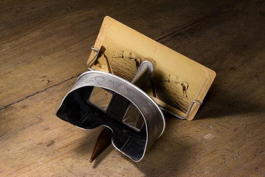 Antiguo visor estereoscopio para ver fotografías en relieve 3D   Old stereoscope viewer for viewing 3d relief photos