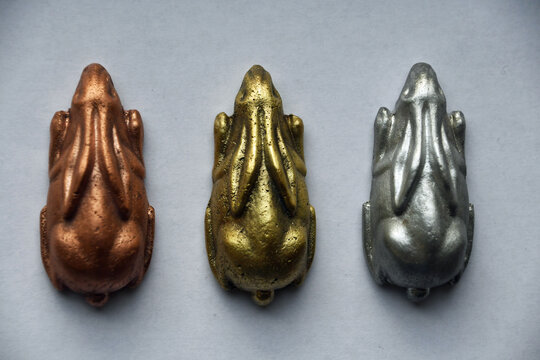 drei Hasen aus Kupfer, Messing und Aluminium in Reihe nebeneinander sitzend