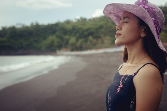 Beach photoshoot with a beautiful balines girl on the beach and relax.