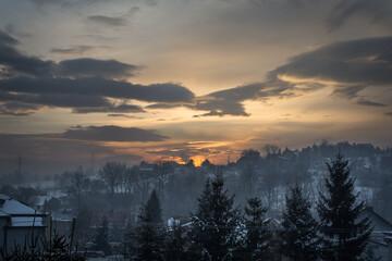 wschód słońca  w zimowej krajobrazie