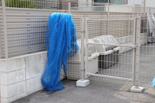 賃貸物件のゴミ置場の網とボックス