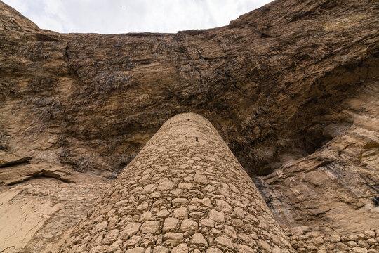 イラン マークーの崖の下の塔