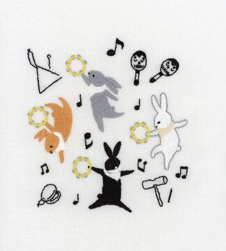 踊るウサギの刺繍