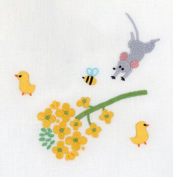 菜の花とひよことネズミと蜂の刺繍