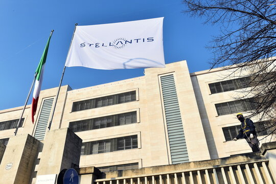 Stellantis debuts on Milan and Paris stock exchanges