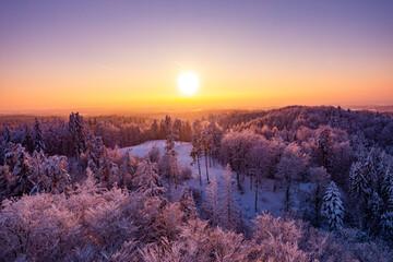 Zima śnieg zachód słońca las kaszuby wieżyca