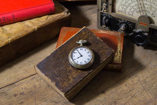 Reloj de bolsillo sobre libro antiguo