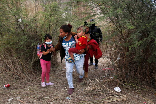 Guatemalan security forces begin clearing U.S.-bound migrant caravan, in Vado Hondo