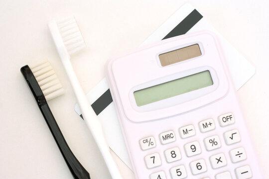 歯医者への通院・予約、カード・歯ブラシ・電卓、白背景