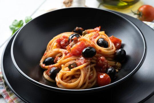 Deliziosi spaghetti alla puttanesca, tipico piatto della cucina Italiana