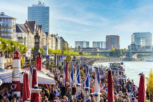 Zwischen Wochenende und Landtag auf der Rheinpromenade in Düsseldorft