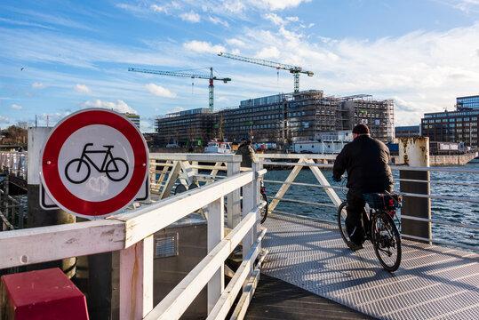 Die Fußgänger Behelfsbrücke über den Hörnbereich der Kiler Förde ist wegen Wartungsarbeiten der Klappbrücke als alternative Querung nach Gaarden ausgefahren. Radfahrer müssen hier absteigen