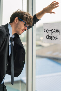 employee with company closed annoucement lose job during lockdown