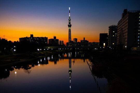 川に反射するスカイツリーの夕暮れ