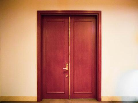 結婚式場の大きな赤茶色の立派な扉 人生の一歩