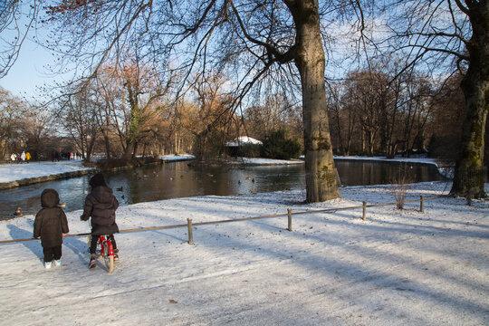 Winter Idylle im Englischen Garten, München: Kleine Insel im Eisbach mit dem Japanischen Teehaus