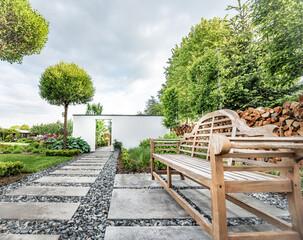 wiosenny ogród, piękny ogród, ogród, garden, beautiful garden, zielony ogród, nowoczesny ogród, ławeczka w ogrodzie