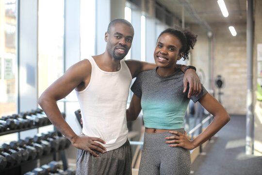 Portrait of a sporty young couple in gym