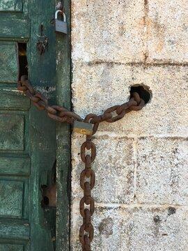 Porta envelhecida com corrente e cadeado
