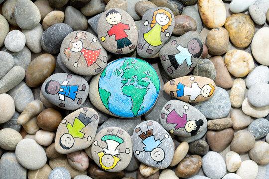 Junge Menschen stehen zusammen für eine schöne Welt.
