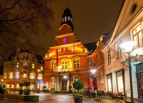 Altes Rathaus am Werdener Markt in der Stadt Essen-Werden, beleuchtet am Abend
