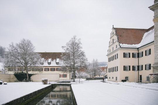 Die Zwiefalter Ach ist ein kleiner Nebenfluss der Donau und fließt durch die Landkreise Biberach und Reutlingen. Zwiefalten, Landkreis Reutlingen, Baden-Württemberg, Schwäbische Alb, Deutschland