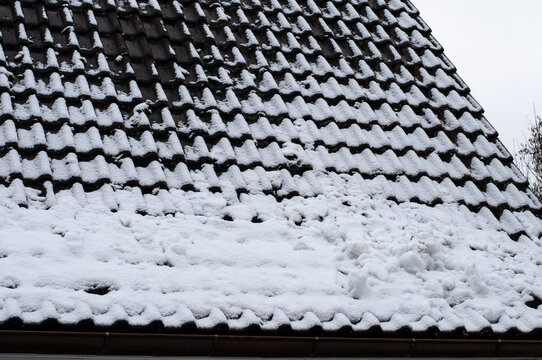 danger of roof avalanche on a snowy roof