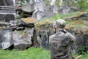 Fototapeta fotograf robi zdjęcie starych ruin kamiennych  obraz