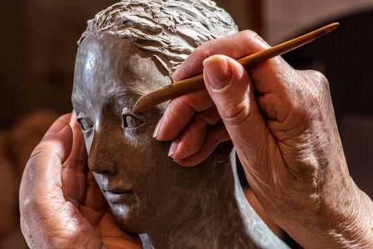 mains de femme âgée sculptant